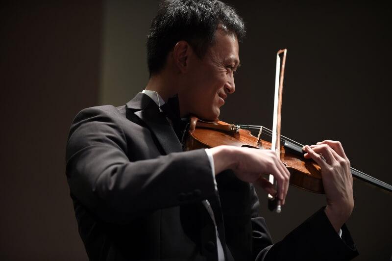 Gordon Tsai praying violin
